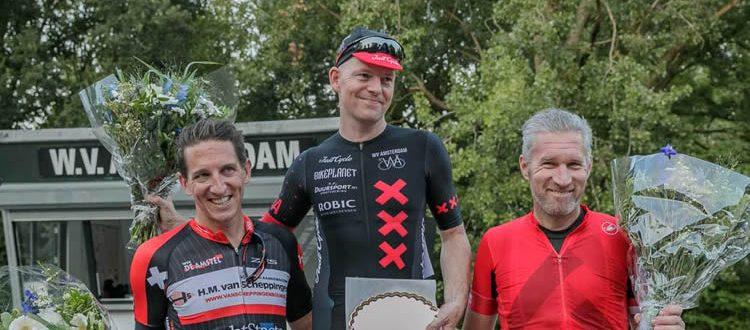 Het podium van de Driedaagse vlnr: Raul Woudstra (2e), Marco Postma (1e) en Maurice de Bruijn (3e)